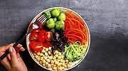 Comer solo vegetales o pescado rompe los huesos