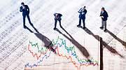 Cuatro inversores examinan una grfica
