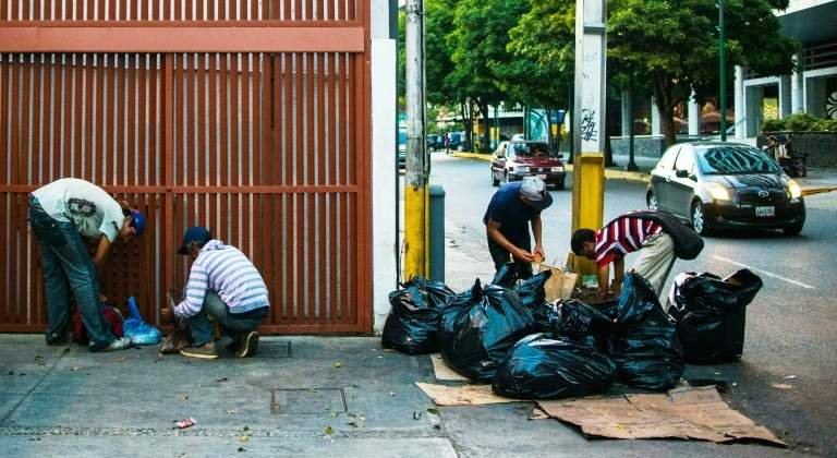 Resultado de imagen para comiendo de la basura en venezuela