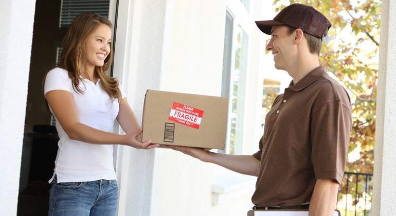 repartidor-entrega-paquete-puerta-770-dreamstime.jpg