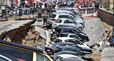 Un enorme socavón en el centro de Florencia engulle a 20 coches