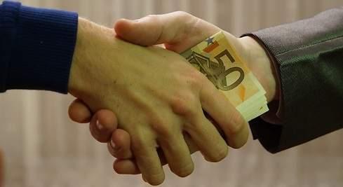 https://s03.s3c.es/imag/_v0/770x420/0/2/8/490x_soborno-manos-dinero-pixabay-770x420.jpg