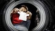 Un-hombre-cogiendo-una-camiseta-muy-pequena-de-la-lavadora-iStock.jpg