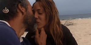 Paco se lanza con Steisy y le da un beso en Supervivientes