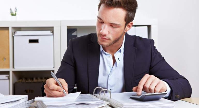 administracion-trabajador-calculadora-archivador-770-dreamstime.jpg