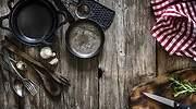 Conjunto-de-utensilios-de-cocina-sobre-una-tabla-iStock.jpg