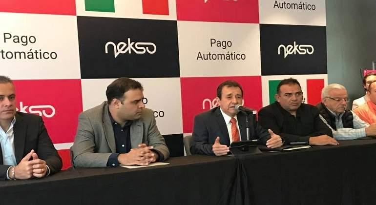 Taxistas firman convenio con Nekso para hacerle frente a Uber
