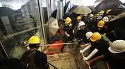 Las cargas policiales en Hong Kong fuerzan a los manifestantes a desalojar la Asamblea Legislativa