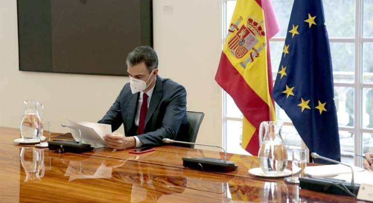 pedro-sanchez-mascarilla-banderas-espana-ue-17diciembre2020-efe-770x420.jpg