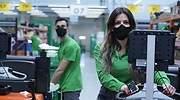 Mario-y-Coral-trabajadores-de-la-Colmena-de-Getafe-Madrid-con-la-nueva-mascarilla-corporativa.jpg