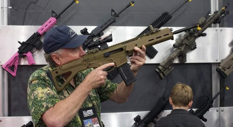 Walmart eleva a 21 años la edad para comprar armas en sus tiendas