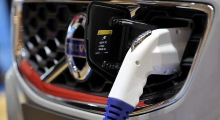 coche-electrico-enchufe-efe.jpg
