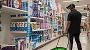 Un hombre con mascarilla hace la compra en un supermercado