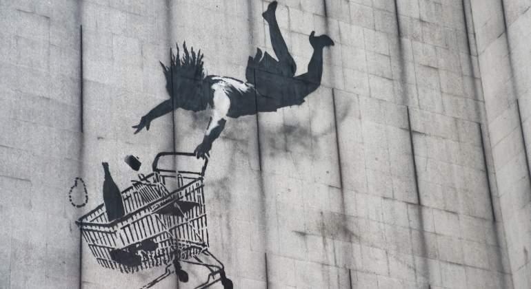 Las millonarias cifras de la obra de Banksy, el artista sin rostro que se vende en las fachadas