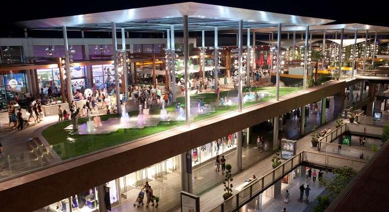 Euro cervantes paga 201 millones por el 49 del centro la - Centro comercial maquinista barcelona ...