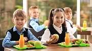 Nios felices en un comedor escolar