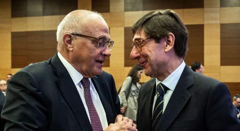 Josep Oliu abre la puerta a una fusión ante la presión de los inversores