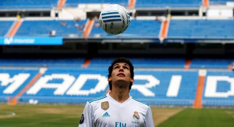 Rebelión en el vestuario del Real Madrid  la plantilla blanca pide que se  fiche un central 74b7d6ac5eb61