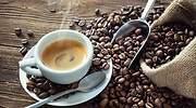 Una-taza-de-cafe-junto-a-un-saco-lleno-de-grano-iStock.jpg