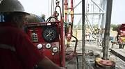 trabajador-supervisa-pozo-petroleo.jpg