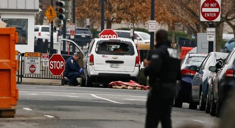 Mujer impacta su vehículo contra reja de la Casa Blanca