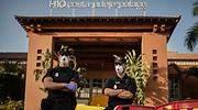 Policas con mascarilla en la entrada del hotel H10 Adeje Palace de Tenerife