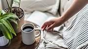 Una-persona-coge-una-taza-de-cafe-iStock.jpg