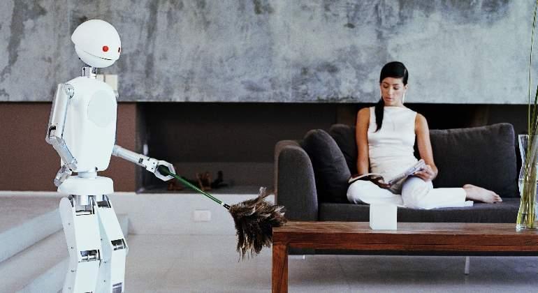 robot-trabaja-limpiar-plumero-hogar-casa-getty.jpg
