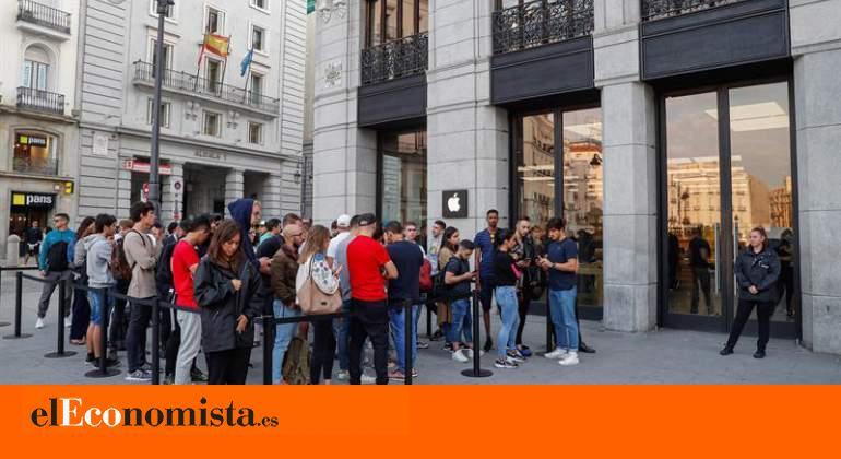 Llega el iPhone 11: un centenar de personas hacen cola en la Apple Store de la Puerta del Sol para comprarlo