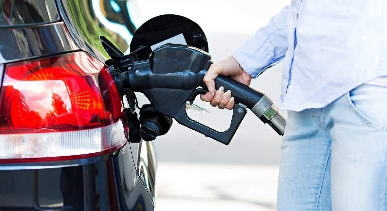coche-gasolinera-repostaje-dreamsteam.jpg