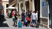 Turistas-accediendo-a-un-edificio-de-apartamentos-turisticos.jpg