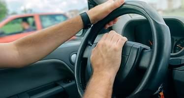 Cuidado con el claxon del coche: le pueden multar con hasta 200 euros por pitar cuando no debe