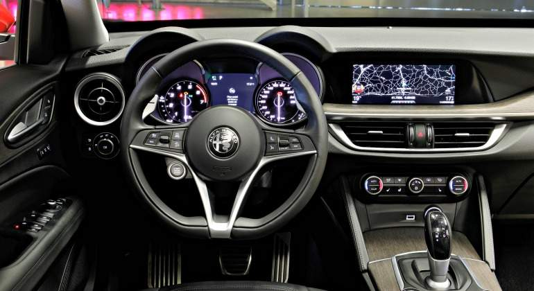 al volante del nuevo alfa romeo stelvio un suv muy. Black Bedroom Furniture Sets. Home Design Ideas