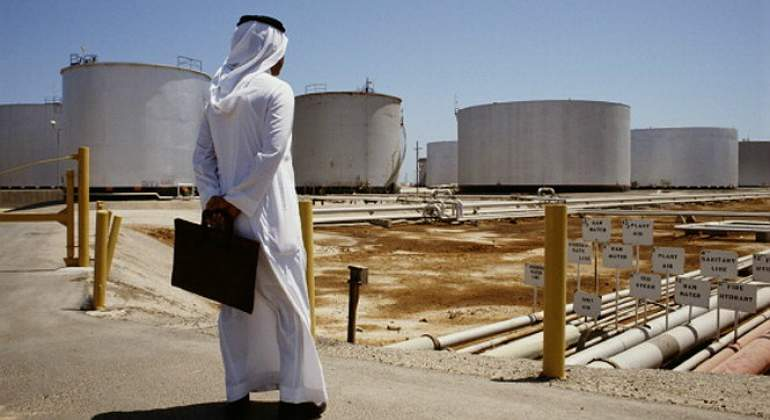 arabe-mira-deposito-crudo-petroleo-reuters.jpg