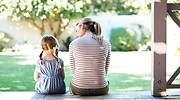 Una-madre-y-una-hija-sentadas-en-unas-escaleras-iStock.jpg
