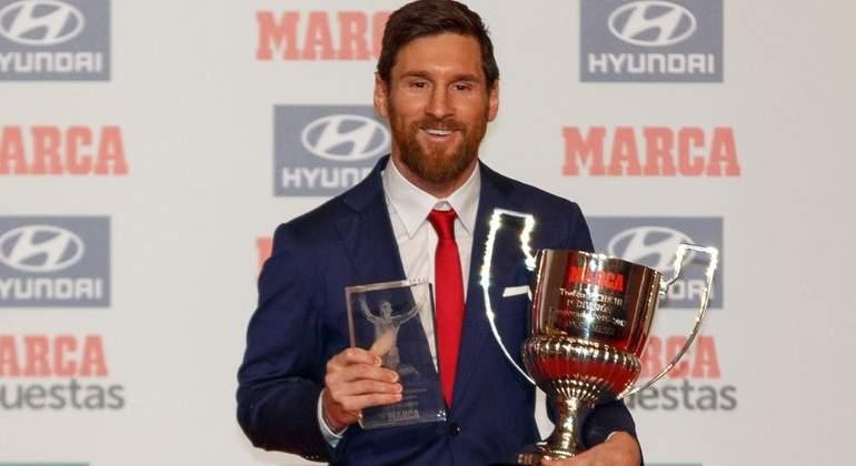 Messi recibe su cuarto trofeo Pichichi y acecha a Hugo Sánchez