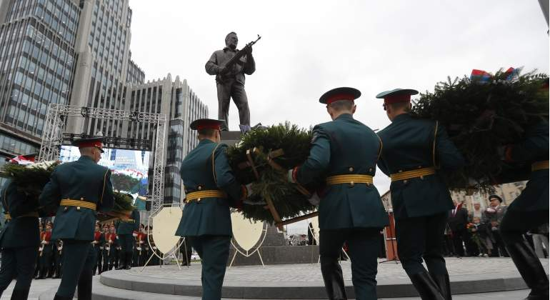 Moscú homenajea a Kalashnikov y su famoso fusil con un gigantesco monumento