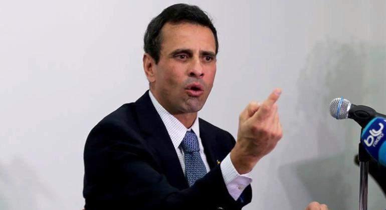 henrique-capriles-dedo-traje-efe.jpg