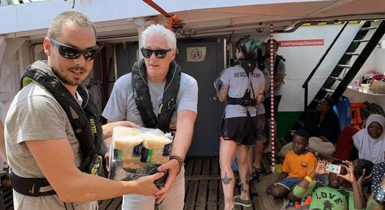 El actor Richard Gere lleva víveres al barco de Open Arms con 121 inmigrantes a bordo