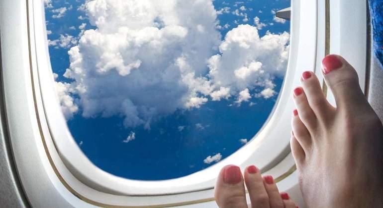 ¿Por qué nunca debes quitarte los zapatos en un avión?
