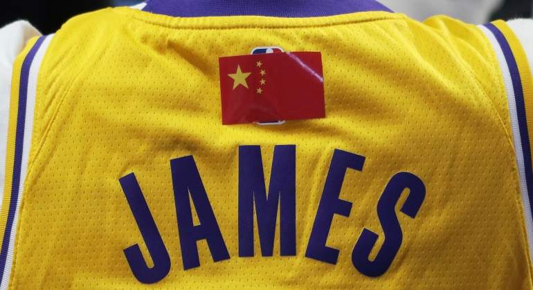 lebron-james-camiseta-bandera-china-reuters.jpg