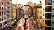 Una-lupa-sobre-la-imagen-de-una-ciudad-iStock.jpg