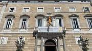 Torra vuelve a colgar la pancarta con el lazo amarillo en el Palau de la Generalitat al acabar el tiempo electoral