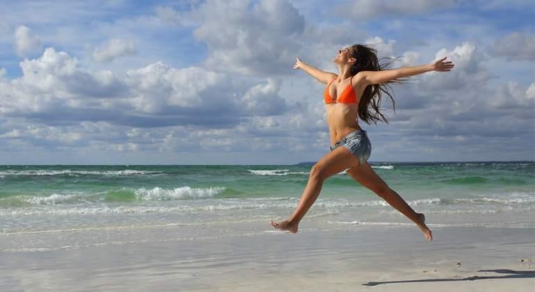 vacaciones-chica-mujer-playa-libre-alegria-getty.jpg