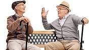 jubilados-sonrien-sombrero-portugues.jpg