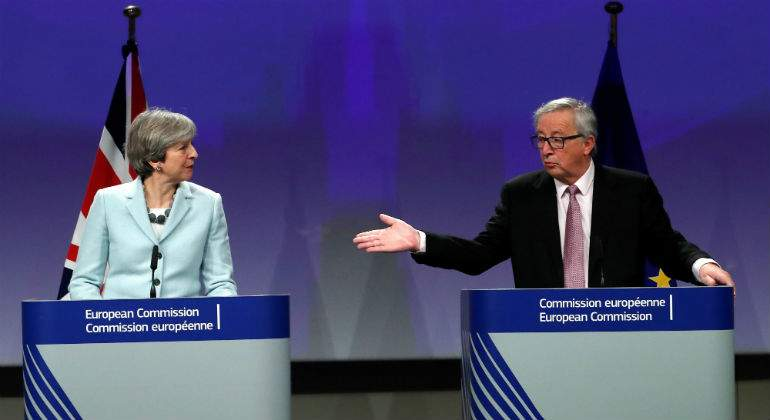 may-juncker-atriles-reuters.jpg