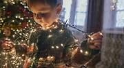 Un-nino-pequeno-jugando-con-las-luces-de-navidad-iStock.jpg