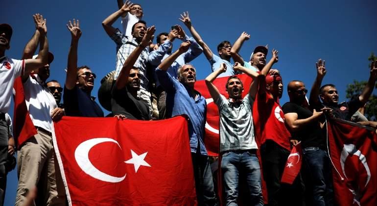 protestas-turquia-bandera-reuters.jpg