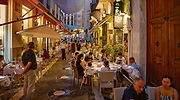 Gente cenando en restaurantes en la noche malaguea