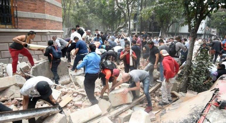 El colegio derribado por el terremoto, foco del esfuerzo para salvar vidas
